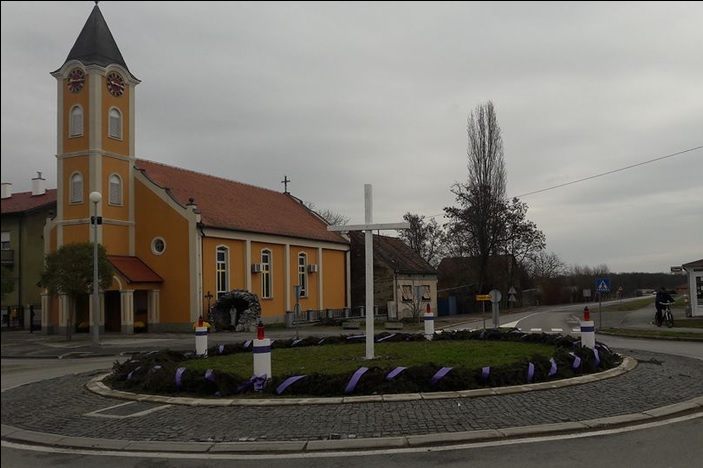 Adventski vijenac na kružnom toku u Ruščici