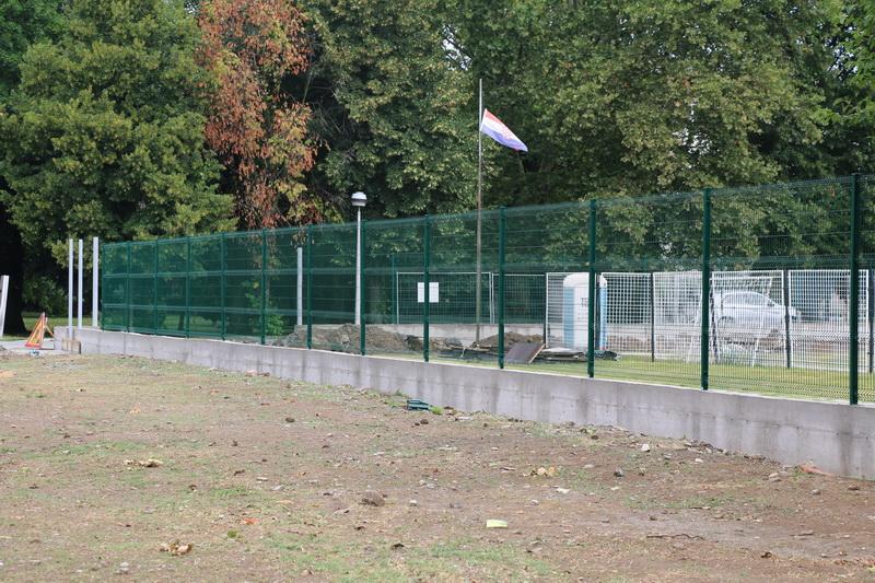 Napreduju radovi na postavljanju nove ograde oko stadiona kraj Save