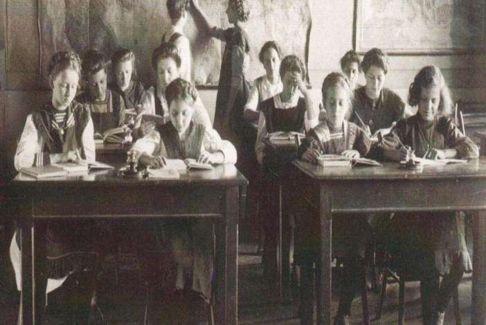 """Izložba """"Biti učenik u Hrvatskoj u dugom 19. stoljeću"""" u Gradskoj knjižnici Slavonski Brod"""